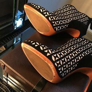 Alaia Shoes - Alaïa black&white suede ankle boots - size 41